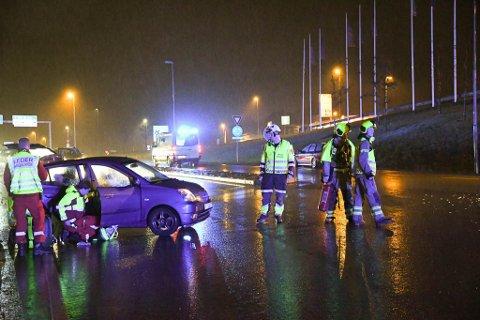 To biler hadde kollidert på stedet, og fire personer klaget over smerter i nakke og ribben som følge av sammenstøtet.