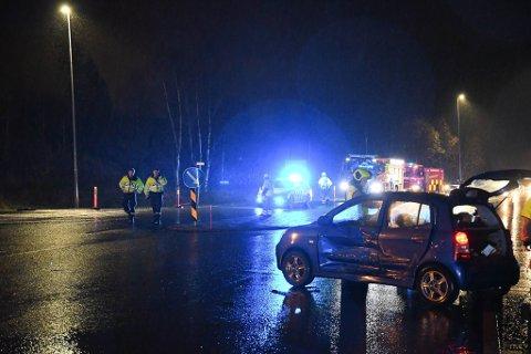 Den ene bilen hadde kollidert i siden på den andre. Det oppsto lange køer på stedet som følge av ulykken.