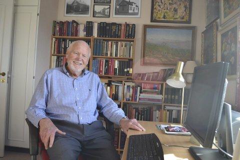 FORNØYD: Morten Tiller er en sprek 80-åring og er glad for å være i form til å reise, lese og fortsatt være et samfunnsengasjert menneske. Foto: Bjørn Ystrøm