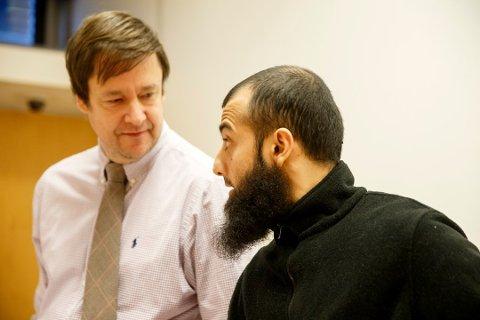 Ubaydullah Hussain sammen sin advokat John Christian Elden under rettsmøtet om varetektsfengsling i Oslo tingretttidligere i år.