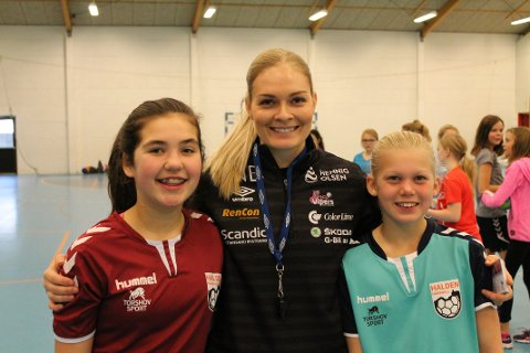 Sara Skibsted Liland og Julie Ellingsen synes det var stort at Pernille Wang Skaug kom på overraskelsesbesøk på treningen deres lørdag morgen.