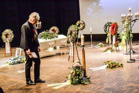 VENNINNE OG FORRETTER: Berit Lindstrøm talte vakkert om sin gode venninne Annberit Aamodt under minneseremonien i Brygga kultursal fredag formiddag.