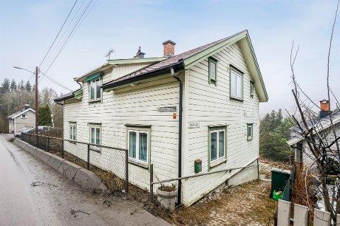 TETT PÅ: Huset i Tistedalsveien ligger veldig nærme den sterkt trafikkerte riksveien.