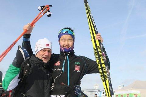 Slik så det ut da Petter Stokkeland jublet, sammen med trener Hans Lie, for et sensasjonelt NM-gull i fjor. Fredag starter årets junior-NM.