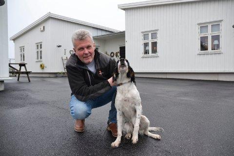 STORTRIVES: Magne Karlsen stortrives på Brekkerød. Turmulighetene i skogen rett ved byggefeltet, setter både han og hunden Vilja stor pris på. – Her lekte jeg mye som guttunge.
