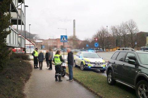TRAFIKKUHELL: Bil og moped støtte sammen i Torgny Segerstedts gate.