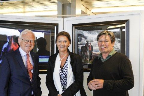 UTSTILLING: Torbjørn Frøysnes, Ingjerd Schou og fotograf Roger Svalsrød under den offisielle åpningen.