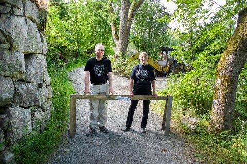 SPERRET VEI: Her ser vi Fortidsminneforeningenes Jens Bakke og Hilde Gløckner  på veien mellom Roland og Brådland ved festningen. Arkiv