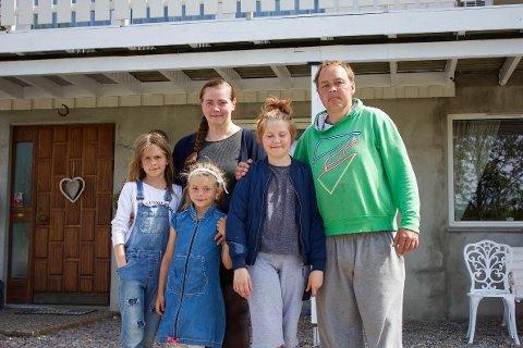 FLYTTER: Familien Lund Hammeren på utsiden huset de nå flytter til i Enningdalen.