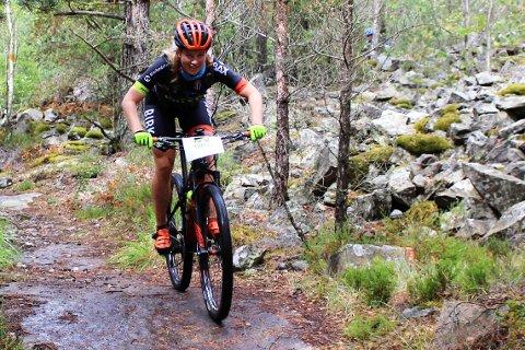Ingrid Bøe Jacobsen på vei ned fra Bjørnerødspiggen i Grenserittet Etappe
