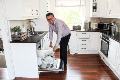 RYDDEGUTT: I dag er oppvaskbørsten byttet ut med oppvaskmaskin. Men Ulf Leirstein er fortsatt like mye ordensmann som da han var liten.