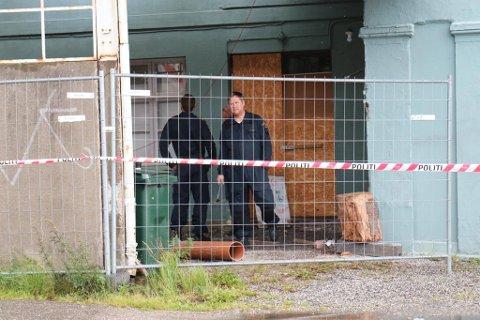 UNDERSØKELSER: Krimteknikere og en elektriker undersøker brannstedet.