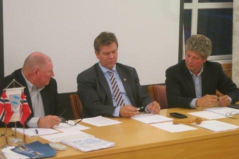 ANSPENT: Ordfører Geir Aarbu (i midten) og varaordfører Alf Ulven (t.h) står på hver sin side av den politiske debatten som har vært i Aremark de siste dagene.