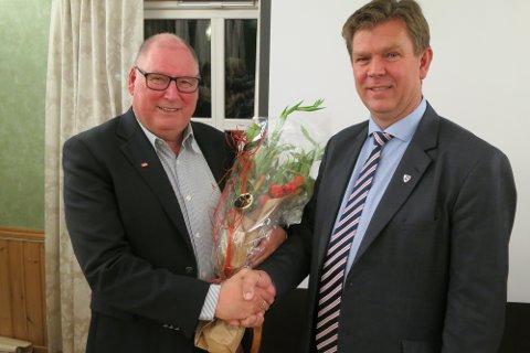 Avtroppende rådman Jon Fredrik Olsen og ordfører Geir Aarbu I aremark torsdag kveld.