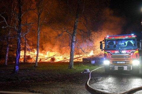 Store mannskaper rykket ut til nattens brann.  (Alle bilder: Johnny Larsen)