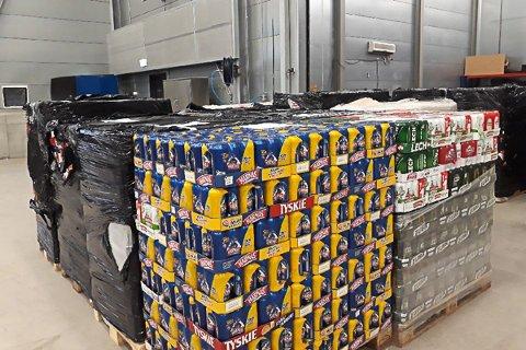 REKORDBESLAG: Tollerne på Svinesund beslagla mandag 4. desember 2017 44.820 liter øl. Dette er den største beslaglagte mengden øl på Svinesund i løpet av en dag noensinne.