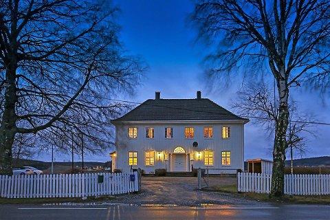 STASELIG: Menighetshuset ved Berg kirke er til salgs. – Det er noe litt Eidsvoll-aktig over det, sier megler Lars-Håkon Nohr.