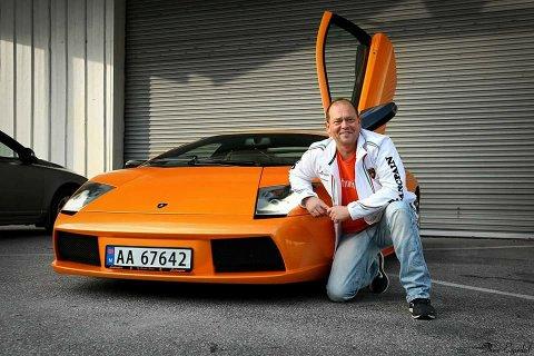 SVAR PÅ TILTALE: Det ville du ikke hatt råd til heller svarer Øivind Strøm med bilde av seg selv foran Lamborghinien sin.