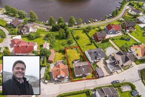 SJØUTSIKT: Eiendomsmegler Lars Håkon Nohr hos Aktiv Halden valgte å selge E. Engebretsens gate 13 (merket med rødt) og den ubebygde tomta foran hver for seg etter at det ikke ble noe salg da eiendommene ble forsøkt solgt sammen i fjor høst.