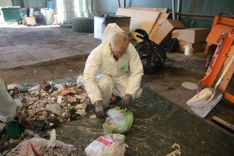 ÅPNER ALT: Alle poser åpnes og sorteres. Koordinator Kåre Edvardsen forteller at det gir store utfordringer for sortering og gjenvinning hvis matavfall blandes med restavfall.