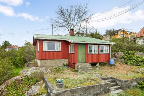 ENKEL HYTTE: Denne hytta i Strandveien i Sponvika er til salgs for tre millioner kroner. Det er nok heller beliggenheten enn selve hytta som vil få kjøpere til å slå til.