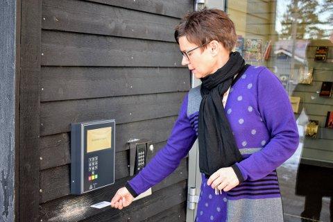 ÅPENT: Du låser deg inn med lånekortet dit. Her sees bibliotekar Kathrine Walthinsen.