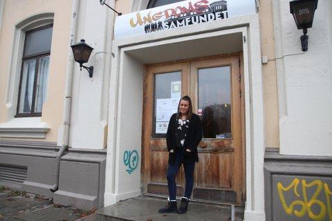 MANGE BESØKENDE: Daglig leder for Ungdomssamfundet, Mikaela Røstadli Dahl, har hundrevis av ungdommer innom hver uke. Hun mener kommunen må se verdien i jobben de frivillige gjør.