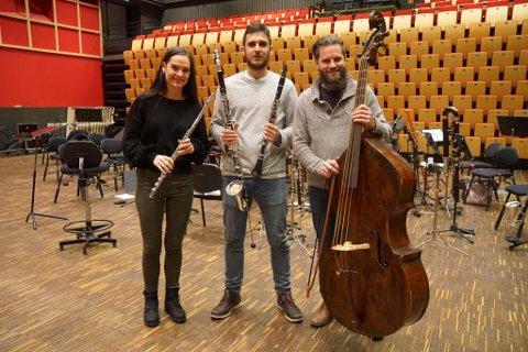 KLARE FOR KONSERT: Spente musikere gleder seg til å fremføre Händels Messias for haldenserne på torsdag.  F.v Rose Elin Austad Nes (Fløyte), Carlos Gay Fernandez (Klarinetter) og Roger Morland (Barokkbass)