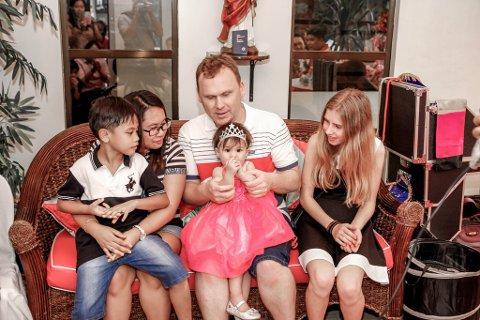 SAMLET PÅ FILIPPINENE: Fra venstre: Anthon, Marie, Christer med Kristin på fanget og Mia helt til høyre. Snart håper de å være samlet i Norge igjen.