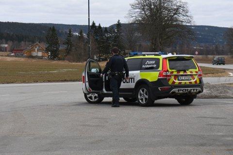 Polititet har bevæpnet seg med bakgrunn i historikk med bilen de leter etter.