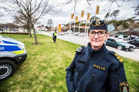 KONTROLL: I fjor var det Nina Heyden og kolleger som passet på feststemte nordmenn i Strömstad. Også i år vil det være mye synlig politi til stede i grensebyen.