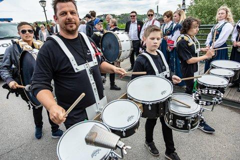 FIKK OPMMERKSOMHET: Halden Drum Corps trommet seg til oppmerksomhet i årets 17. mai-tog.