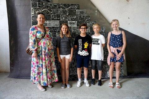 Lærerinne Lejla Cirkic sammen med et knippe av elevene som var med i prosjektet: Ingrid, Bernard, Sverre og Thea Josefine.