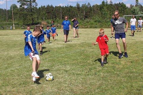 Barnas dag: Fotballkampen mellom barna og foreldrene var veldig populær. Både for spillerne og blant publikum som heiet engasjert gjennom kampen.