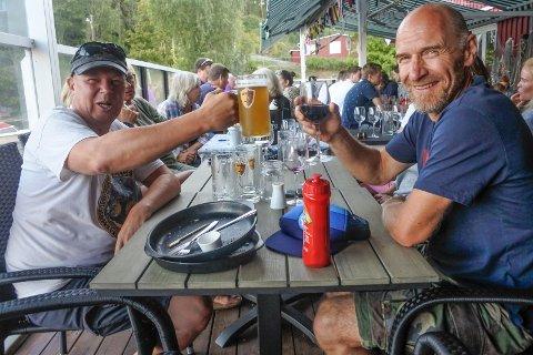VEL OVERSTÅTT: Øystein Sagelsmo (til venstre) fra Ski og Tom Sandboe fra Kolboten slapper av etter endt quiz.