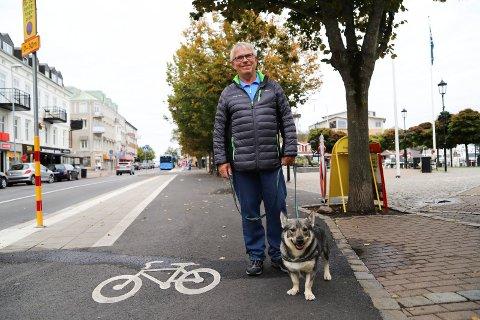 SKJEBNESVANGERT: Rolf Hansson og mange andre strömstadboere er sinte og frustrerte over det nye sykkelfeltet i sentrum. Trolig fikk Centerpartiet svi for denne saken - de halvverte sin velgeroppslutning og endte til slutt på 11,2 prosent ved gårsdagens valg.