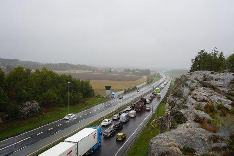 Det er kø både på E6 og påkjøringen fra Halden. (Foto: Johnny Larsen)
