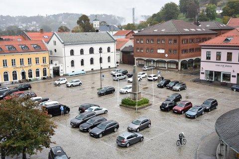 Også Tom Skjeklesæther er opptatt av hva Torget skal brukes til i framtida. Han vil ha mer enn parkeringsplasser.