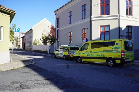 TRAFIKKUHELL: En person ble fredag formiddag påkjørt i Violgata. Vedkommende kom fra det uten varige men.