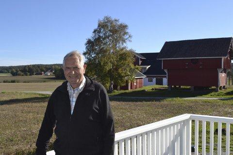 GNISTRENDE HØSTVÆR: Helge Skaug trives godt når været viser seg fra sin blide side. Da kan han nyte dagen på terrassen eller på sin elsykkel.