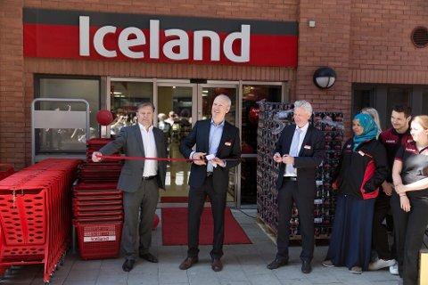 TIL ØSTFOLD: Iceland har planer om å åpne butikker i Østfold, men Halden er for liten by til å være førstevalget. Men i langtidsplanene er også Halden med på daglig leder Geir Olav Opheim (som klipper snora) liste over ønskede steder å etablere seg.