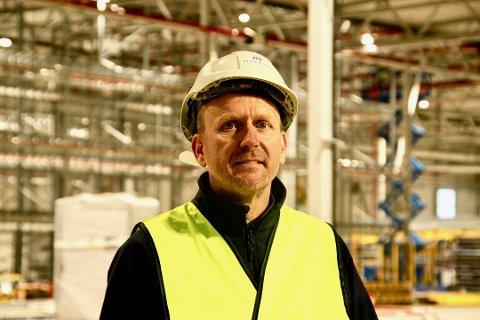 OPPSTART: Dan Johannessen, administrerende direktør ved Peterson, starter opp det første skiftet ved den nye fabrikken i Halden i dag. – Vi gleder oss, sier han.