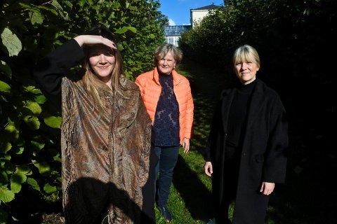 HAGEBESØK: Lisa Anker-Rasch Strøm ser mot den sterke sola på Rød, sammen med de to andre utstillerne, Elisabeth Grimsrud og Wenche Anker-Rasch.