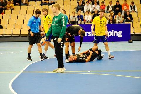 TAPTE: Martin Vilstrup Andersen (liggende) fikk seg en lårhøne i den første omgangen, men leverte en ålreit kamp fra sin bakspillerposisjon.