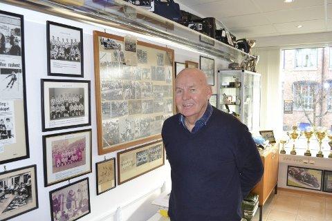Livet på veggen: På kontoret har Rolf Wilfred Olsen et rom som framstår som et lite personlig museum. Her er det meste av livet dokumentert. Fra han var en ung temperamentsfull fotballspiller, til en av byens største eiendomsforvaltere.Foto: Bjørn Ystrøm