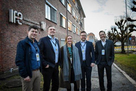 AI Week: Jens-Petter Berget som er  leder avdeling for samfunnsutvikling i Halden kommune (fra venstre), forskningsdirektør IFE, Knut H. H. Johansen som er administrerende direktør for eSmart Systems, Martine Bjørnstad, og, prosjektleder AI Week, Thor Mosaker som er administrerende direktør for Smart Innovation Norway og IFEs forskningsdirektør Tomas Nordlander.