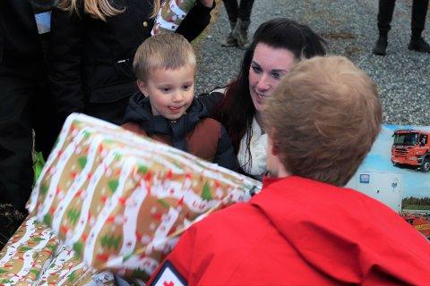 GAVEDRYSS: Nødetatene overøste Timèo og søsknene hans med gaver. En tidlig juleaften for fireåringen.
