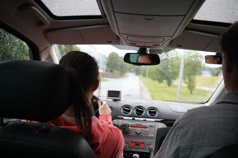 SKREMMETAKTIKK: Tilsynsseksjonen i Statens vegvesen skriver i en rapport at de ikke kan forstå hvordan trafikklæreren ser det å skremme elever opp i fart skal føre til godkjent kurs.
