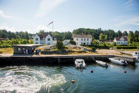 Havneområdet i Gravningsund på Søndre Sandøy er idyllisk. Men fergeanløpet på stedet er stoppet med øyeblikkelig virkning.