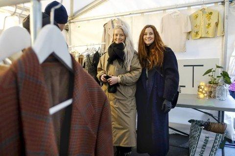 Camilla Sindre (til v.) og Lisbeth Bruvold jakter gamle godbiter over hele Bergen. Her er de avbildet under Gjenbruksmarkedet på Torgallmenningen der plaggene deres formelig ble revet vekk.